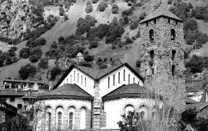 ¿Por qué invertir en Andorra? El proceso de apertura económica explicado anteriormente, ha permitido a Andorra posicionarse fuertemente como una plaza muy competitiva a nivel internacional para desarrollar proyectos de inversión e iniciativas empresariales diversas con el objetivo de ser un país atractivo para el emprendedor y captar innovación. La baja presión fiscal del país, continúa siendo uno de los puntos fuertes del país, comparado con el resto de países de su entorno más cercano, cosa que permite ser más competitivo al inversor vía diferencial de precios. Además, su excelente calidad de vida y riqueza de país lo convierten en un entorno inmejorable para hacer negocios o establecer la residencia. Hay que destacar también la apuesta firme que quiere hacer el país de cara a convertirse en un Smart Country de las nuevas tecnologías que lidere las innovaciones mundiales en éste sector. En este sentido, Andorra siempre se ha caracterizado por la fuerte cultura emprendedora de su gente que facilita que cualquier idea innovadora pueda verse materializada en un breve espacio de tiempo. Puntos fuertes a destacar: Alto nivel de vida con una renta per cápita de les más elevadas del mundo Baja presión fiscal que se traduce en una mayor competitividad en productos y servicios Déficit y endeudamiento sobre PIB en la banda más moderada de los países de la OCDE Fuerte cultura emprendedora e innovadora especialmente en el campo tecnológico Sanidad pública de calidad con convenios internacionales Tres sistemas educativos gratuitos y de la máxima calidad Elevada solvencia del sistema bancario andorrano Excelentes infraestructuras turísticas y ofertas de ocio Riqueza cultural con más de mil años de historia además de un entorno natural excepcional Elevada seguridad con una de les más bajas tasas de criminalidad del mundo