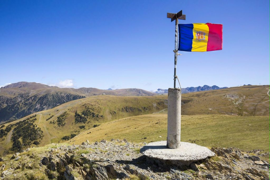 Ventajas fiscales de una residencia en Andorra Andorra, una jurisdicción de bajos impuestos que ofrece múltiples ventajas fiscales : Máx. impuesto sobre la renta de personas físicas (IRPF) del 10%. 24.000 EUR deducción de impuestos sobre todos los salarios. Impuesto de sociedades de entre el 2 y el 10% sobre los beneficios. Los dividendos de las entidades andorranas se gravan al 0%. No hay impuesto sobre el patrimonio ni herencia en Andorra. Empresas de tenencia de valores extranjeras (holdings / ETVE)con una participación mínima en entidades extranjeras están exentas del pago de impuestos. La tasa de IVA tipo general está en 4,5%. Ciertos productos de los fondos de pensiones están exentas de impuestos en Andorra.
