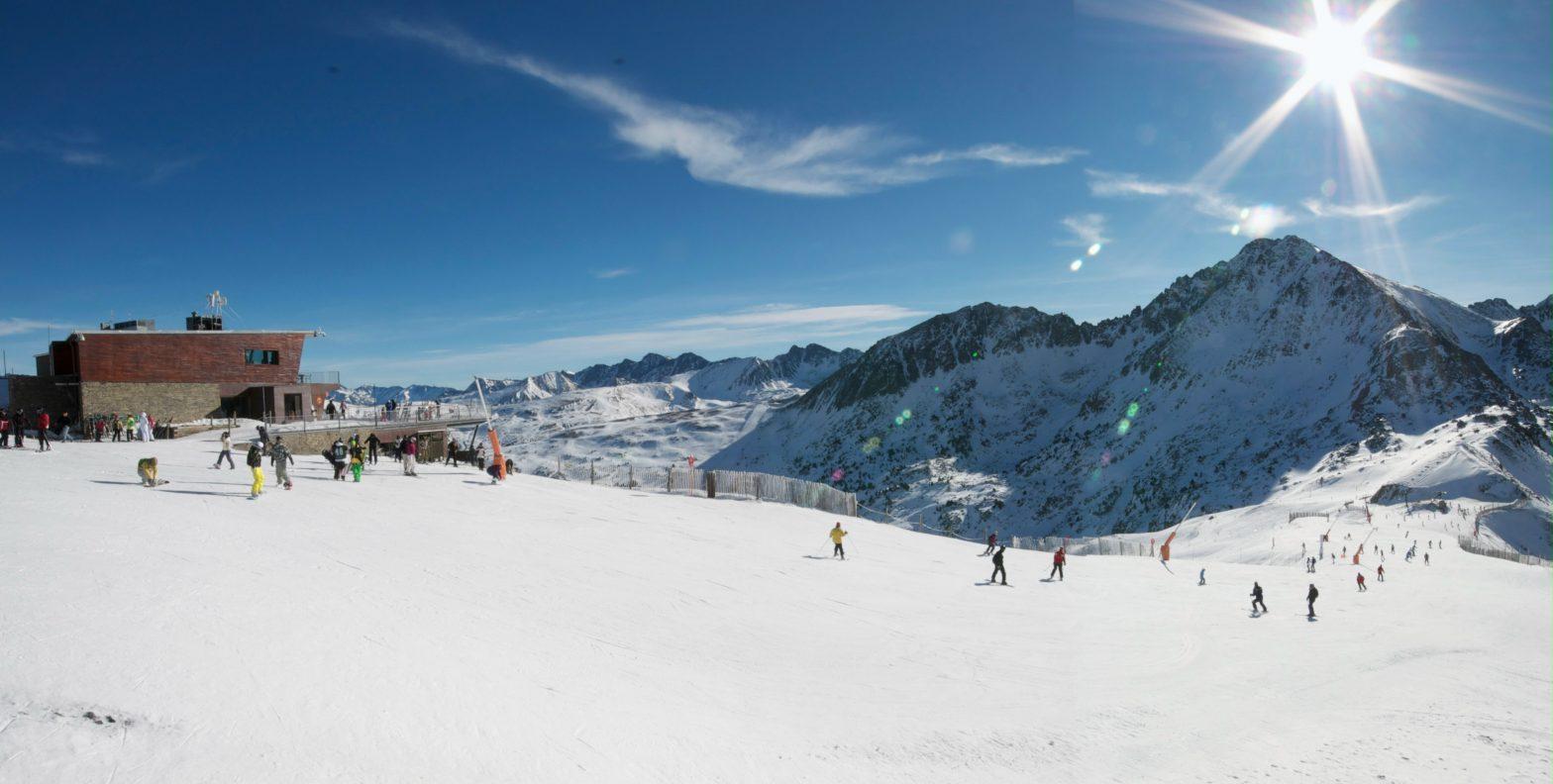 Permisos de trabajo en Andorra - Conozca las condiciones para obtener permiso de residencia pasiva o activa Ventajas fiscales de una residencia en Andorra Andorra, una jurisdicción de bajos impuestos que ofrece múltiples ventajas fiscales : Máx. impuesto sobre la renta de personas físicas (IRPF) del 10%. 24.000 EUR deducción de impuestos sobre todos los salarios. Impuesto de sociedades de entre el 2 y el 10% sobre los beneficios. Los dividendos de las entidades andorranas se gravan al 0%. No hay impuesto sobre el patrimonio ni herencia en Andorra. Empresas de tenencia de valores extranjeras (holdings / ETVE)con una participación mínima en entidades extranjeras están exentas del pago de impuestos. La tasa de IVA tipo general está en 4,5%. Ciertos productos de los fondos de pensiones están exentas de impuestos en Andorra.
