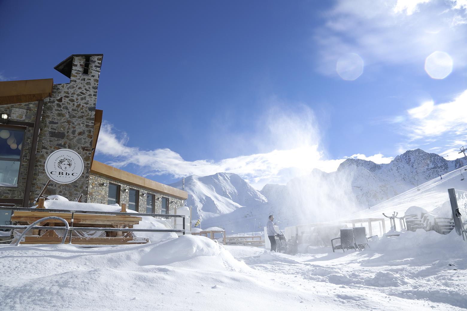 Para obtener la residencia en el Principado de Andorra existen dos opciones: Residencia pasiva o Residencia fiscal (permiso de residencia sin permiso de trabajo) Residencia activa (permiso de residencia con permiso trabajo)